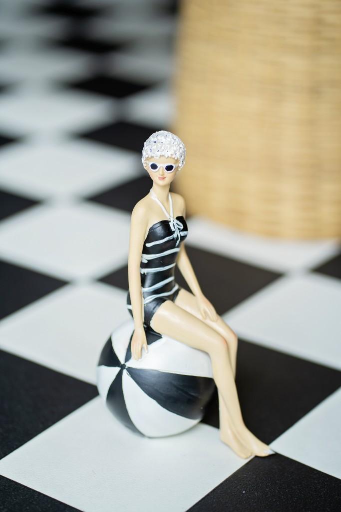 Момиче в бански и топка